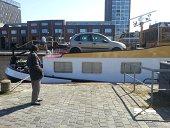 een auto op de boot en dat voor je deur!